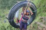 Transport des tuyaux pour l'eau potable a Singla
